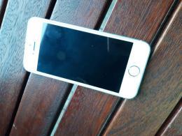 Silver iPhone SE 32 GB, tokkokkal és töltővel